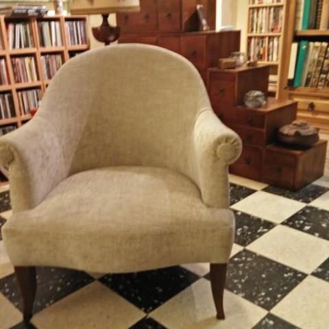 Cet élégant fauteuil crapaud a su trouver sa place dans un douillet salon.