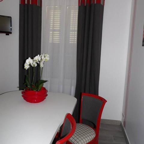 Les rideaux en lin et les voilages confectionnés par l'Atelier Hildegarde donnent un ton chaud à cette cuisine.