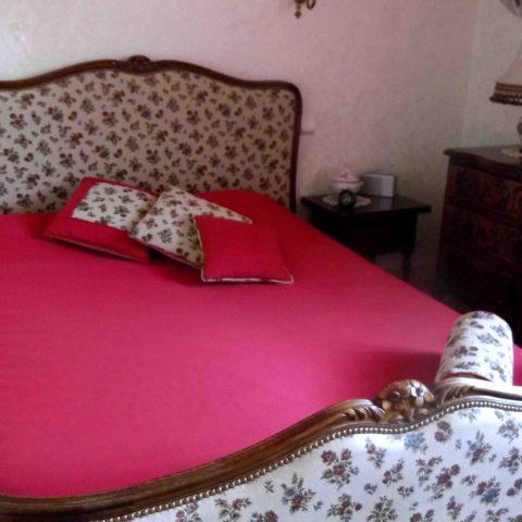 Lit, couvre-lit et coussins réalisé par l'Atelier Hildegarde, tapissier en Saône et Loire